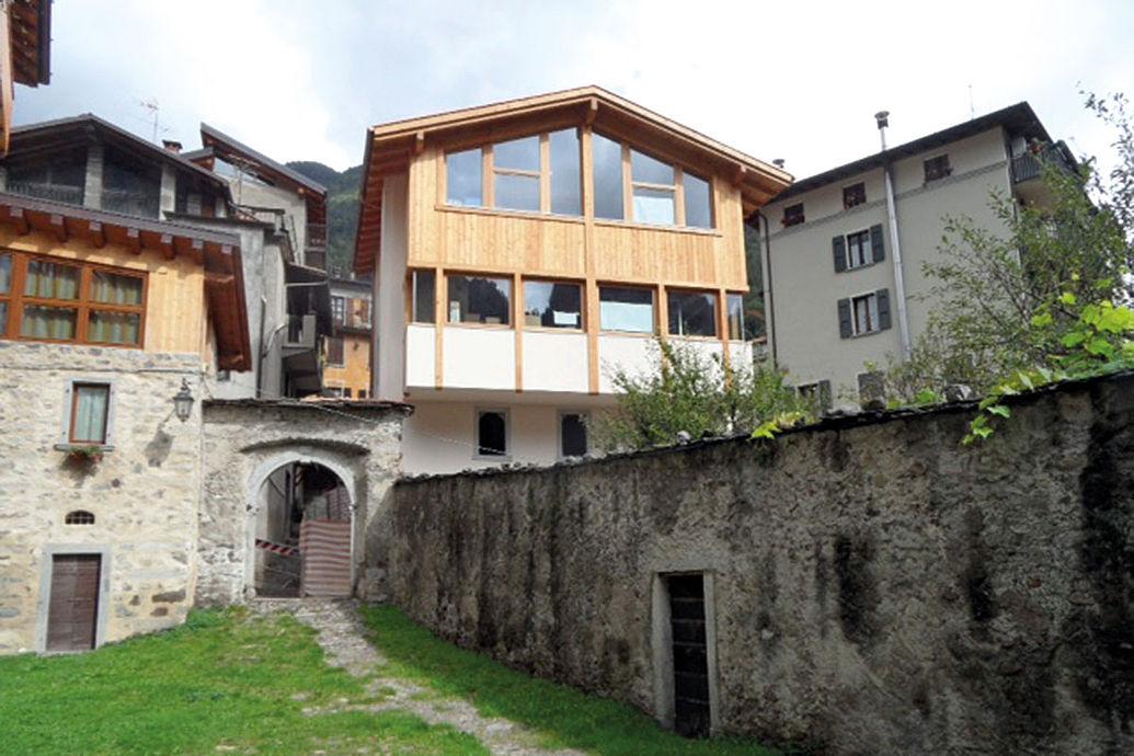 Alzare di un piano la casa in pietra e legno il tavolo - Alzare casa di un piano costi ...